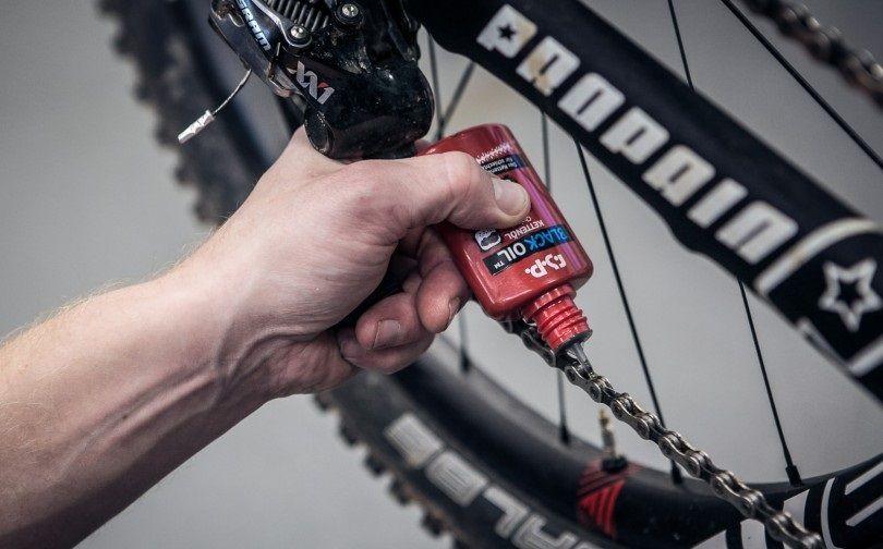 Cara membersihkan dan melumasi rantai sepeda